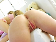 Kiera King, insteek, speelding, orgasme, universiteit, dildo, tiener, coed, monsterpiel